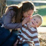 Madre che parla al bambino